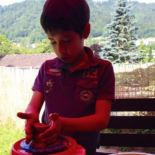vasi di argilla con i bambini